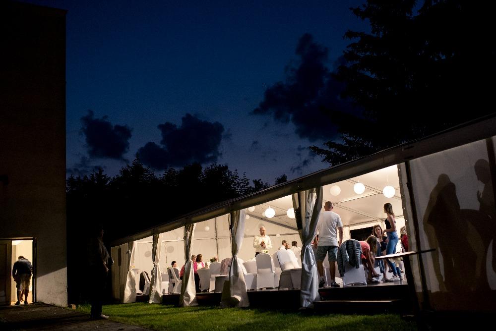 Zábava může začít. Party stany Etimex mohou být součástí vaší svatby venku