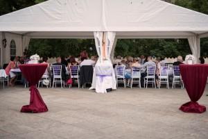 Velká svatební hostina v Party stanech Etimex není žádný problém. Na fotografii je svatba venku ve velkokapacitním party stanu