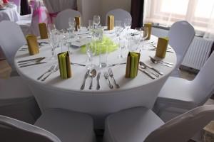 Svatební dekorace s slavnostní stolování. S Party stany Etimex žádný problém