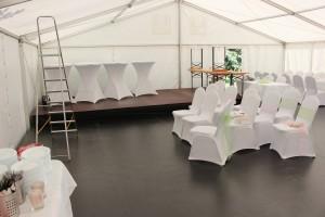 Příprava velkokapacitního party stanu na svatbu venku s Party stany Etimex