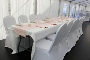 Také svatby na louce můžete uspořádat honosně. Zde na fotografii vidíme nádherné stolování v Party stanech Etimex