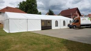 Ukázka velkokapacitního party stanu pro svatbu na louce s Party stany Etimex