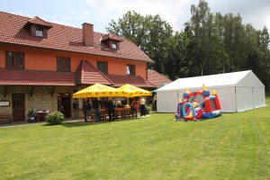 S Party stany Etimex není svatba venku žádný problém. Kromě party stanu vám zajistíme například skákací hrad, který vidíte na fotografii