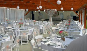 Party stany Etimex se postarají o kompletní svatbu venku, včetně gastro vybavení