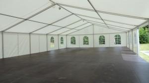 Velký party stan s podlahou je připraven pro pořádání svatby, firemních akcí nebo party. Spolupracujte s Party stany Etimex